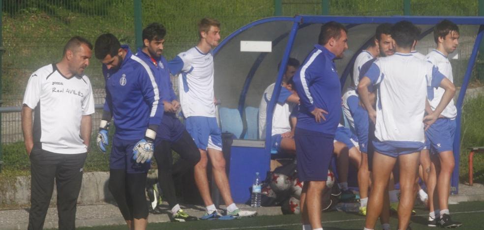 Real Avilés | Palacios ensaya con Barra de extremo zurdo y duda entre Santa y Expósito