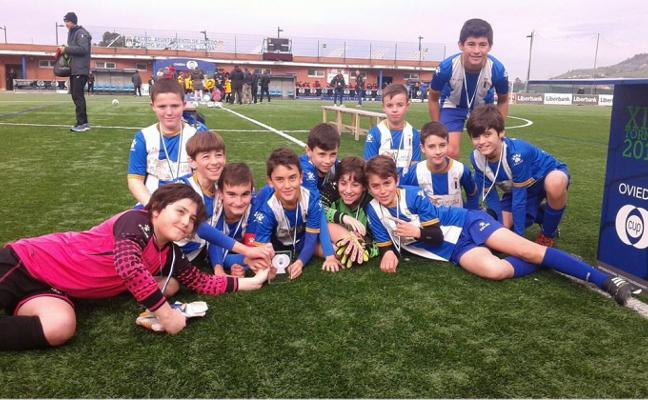 Dos trofeos para la escuela en la Oviedo Cup