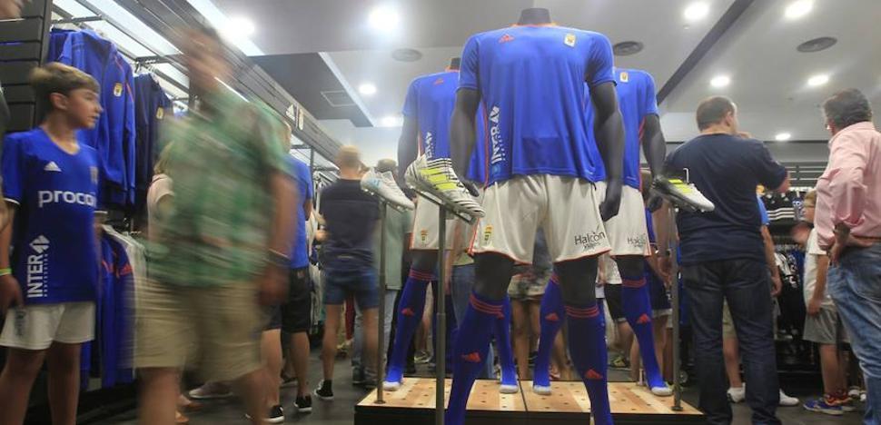 El azul comparte protagonismo con el naranja en la nueva camiseta del Real Oviedo