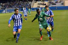 La Liga denuncia el lanzamiento de una botella al campo en el Lorca-Oviedo