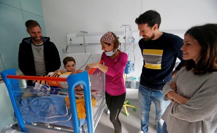 Los jugadores del Real Oviedo visitan a los niños del HUCA