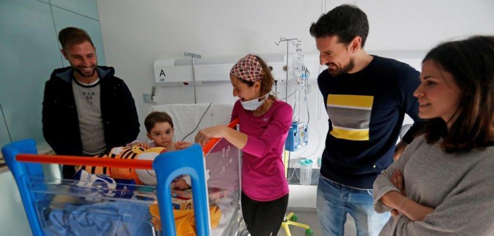 El Real Oviedo reparte regalos a los niños en el HUCA