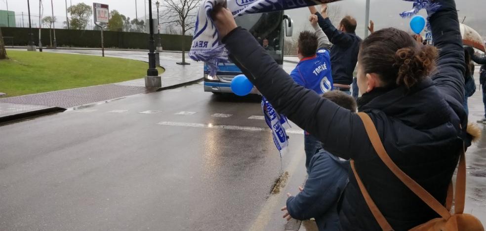 La afición oviedista muestra su apoyo al equipo después de la derrota ante el Cádiz