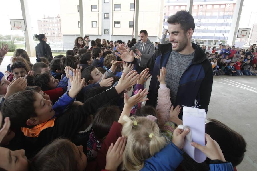 Los jugadores del Real Oviedo Johannesson y Herrero visitan el colegio Poeta Ángel González