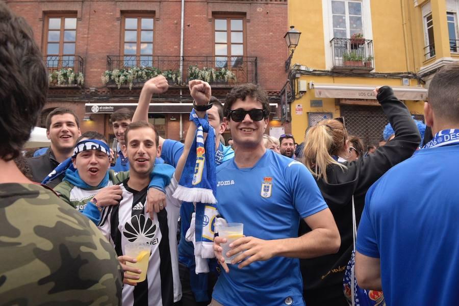 Los seguidores del Real Oviedo toman León