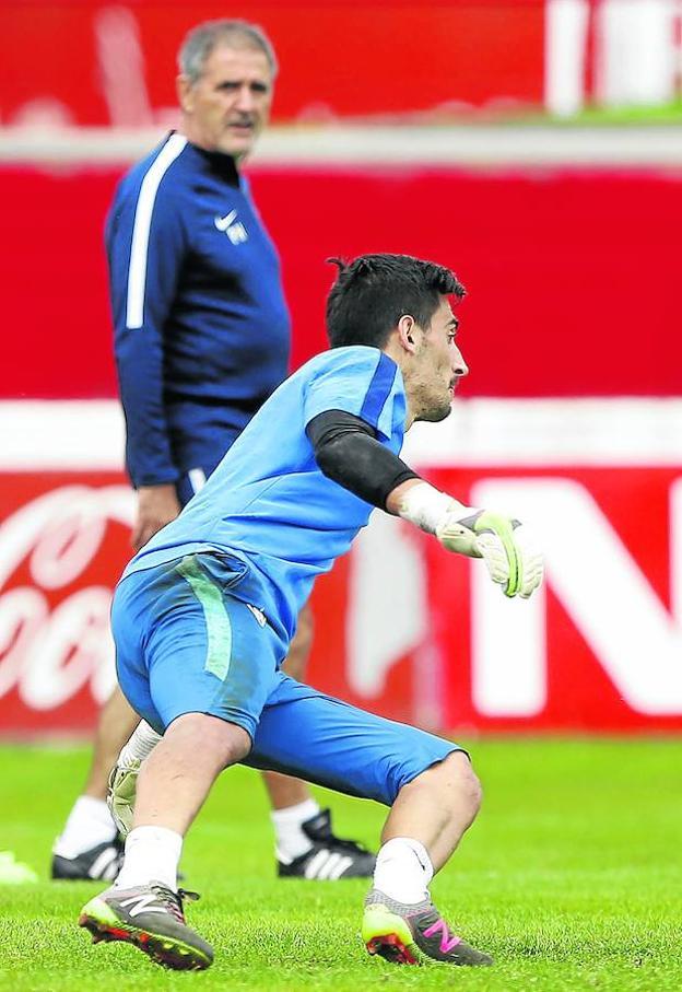 Paco Herrera observa a Diego Mariño durante el último entrenamiento en Mareo.