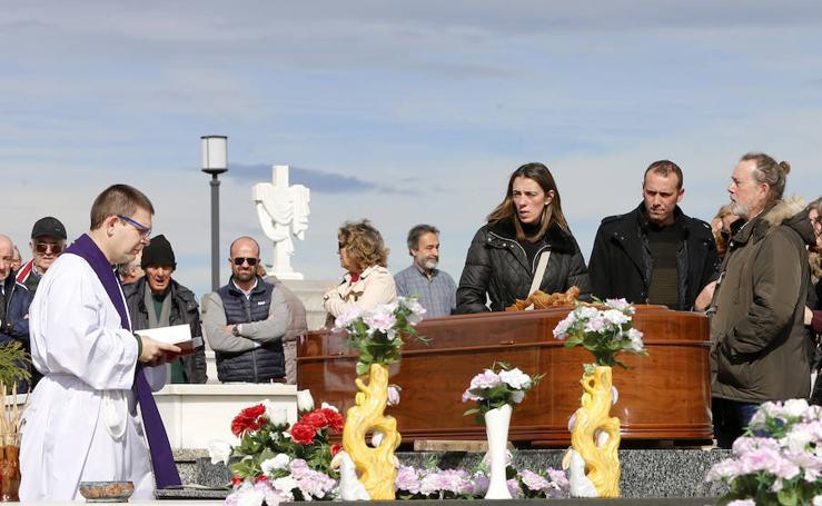 Emotivo entierro de Quini en el cementerio de la Carriona, en Avilés