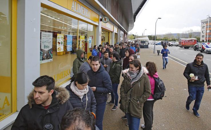 Colas en El Molinón para una entrada para el partido en Zorrilla