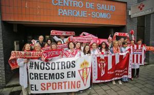 Los trabajadores del centro de salud Parque-Somió confían en el ascenso del Sporting