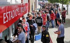 Los aficionados rodean El Molinón para conseguir una entrada para el Valladolid - Sporting