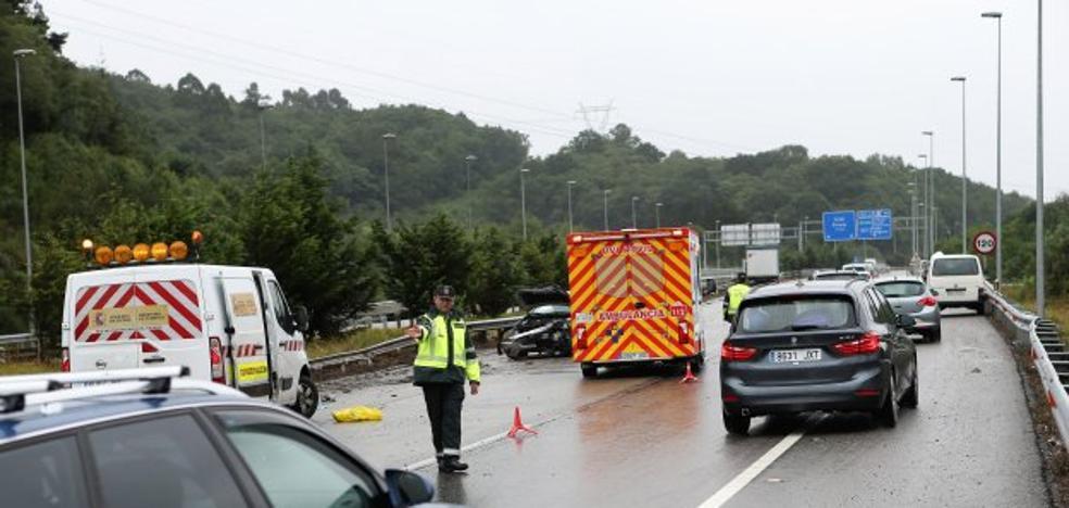 Las fuertes lluvias marcan el inicio de la operación salida en toda Asturias