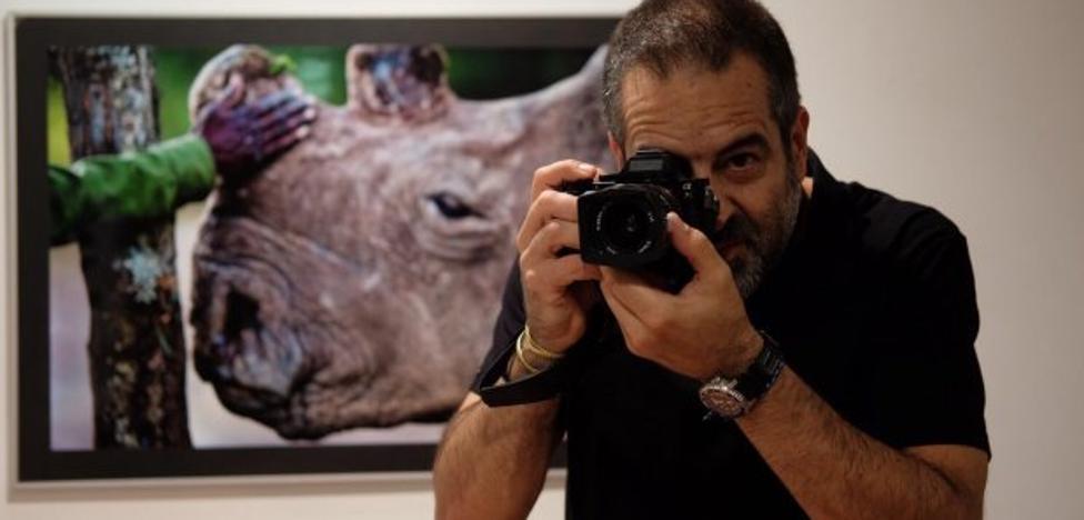 El fotoperiodista Juan Pablo Moreiras explica su obra en el Aula de Cultura de LA VOZ