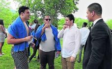 La graduación de Froilán: familia, chapuzón y puro