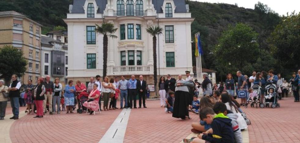Luarca inaugura la plaza Alfonso X El Sabio con división de opiniones