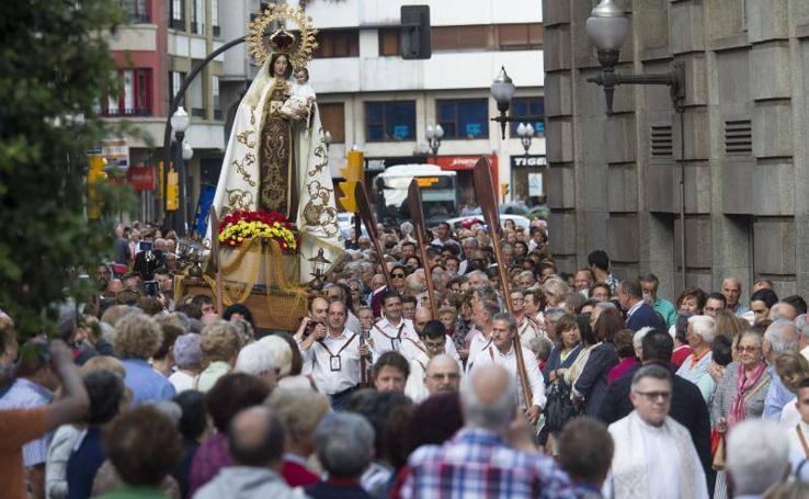 Concurrida procesión de la Virgen del Carmen en Gijón