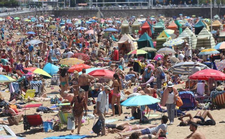 La playa de Gijón a rebosar