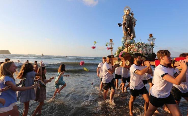 Salinas baña a la Virgen del Carmen