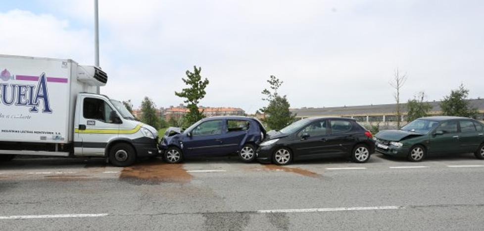 Un camión choca contra seis coches tras sufrir un pinchazo