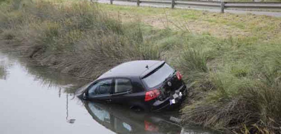Un coche acaba en la ría de Ribadesella