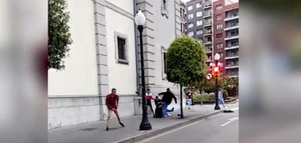 Vídeo | La violencia con la que actúa 'la manada' en Gijón