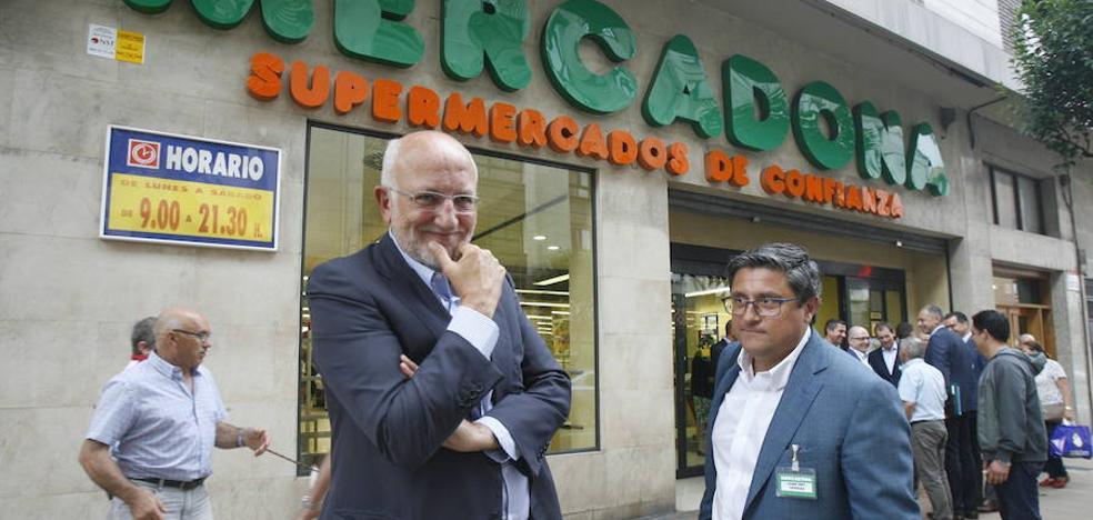 Roig supervisa sus tiendas asturianas