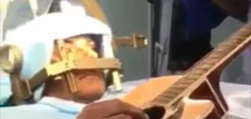 Un paciente toca la guitarra mientras le operan el cerebro