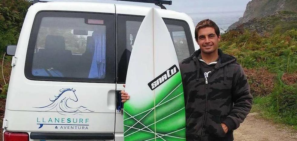 Los surfistas rescatan a un bañista en apuros en la playa de San Martín de Llanes
