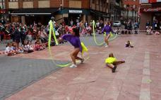 Exhibición de baile y patinaje en las fiestas de Santiago en Sama