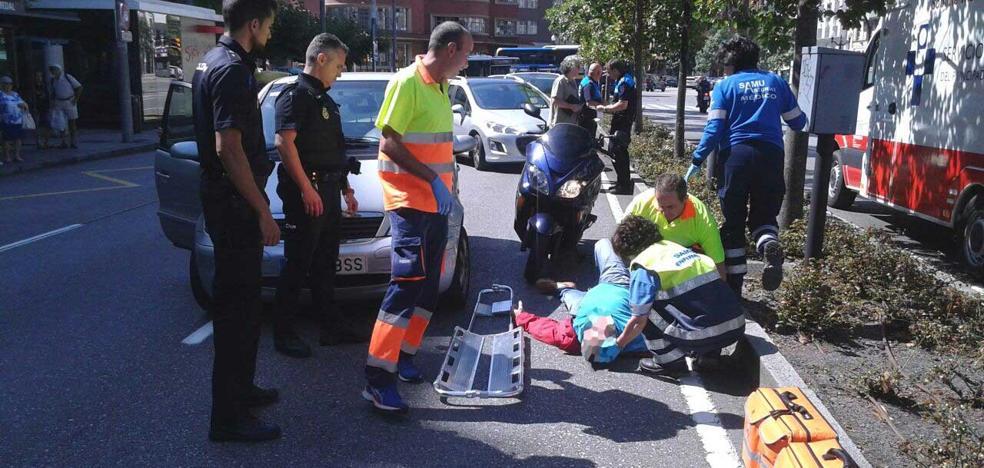 Un motorista herido al colisionar contra un turismo en Gijón