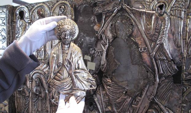 El pantocrátor del frontal del arca, obra del joyero ovetense Félix Bascaránl escondía otro románico debajo.