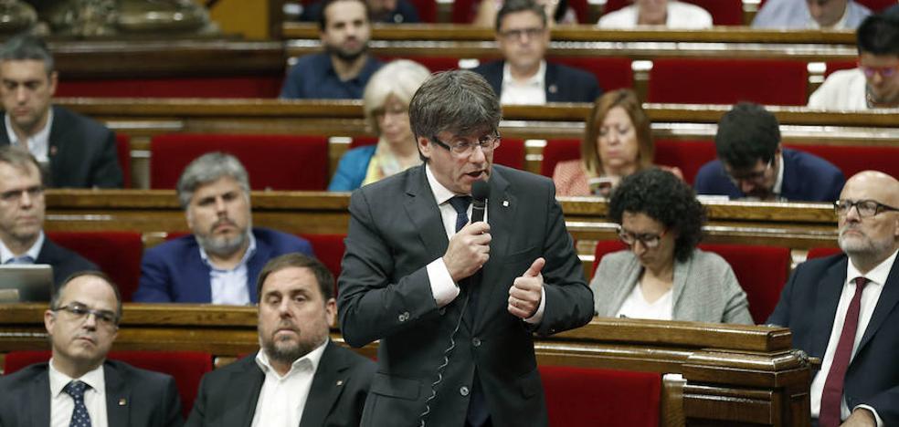 Puigdemont y todos los diputados de JxSí firman la ley del referéndum