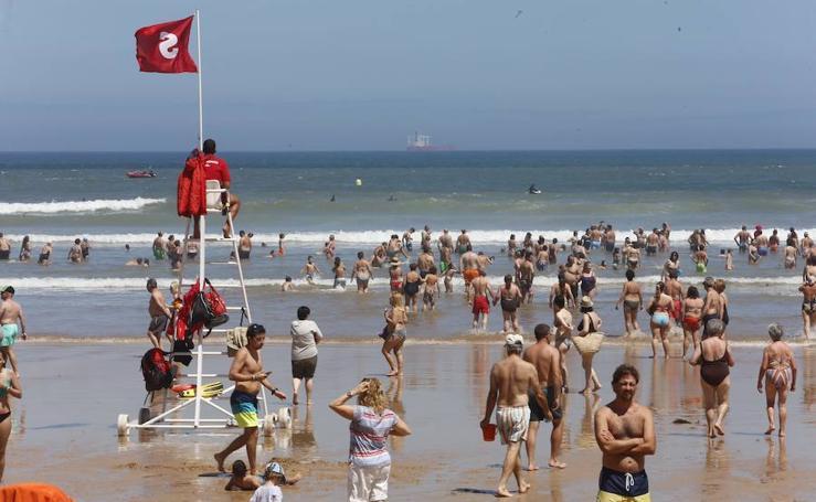 La bandera roja, presente en la mayoría de las playas de Asturias