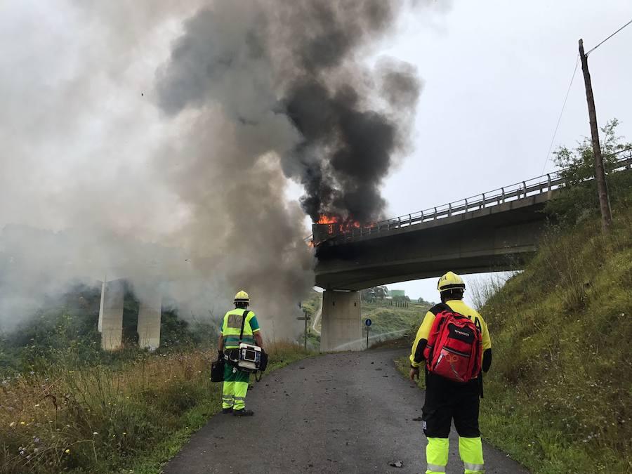 Un camionero gijonés muere al saltar de su vehículo en llamas desde un viaducto en Cantabria
