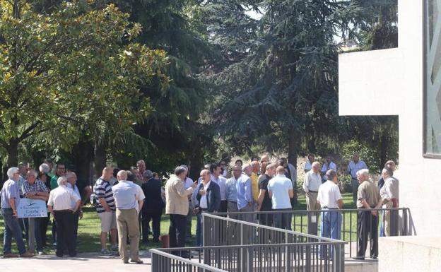 Familiares y amigos llenan la capilla para despedir al for Jardin noega tanatorio gijon esquelas