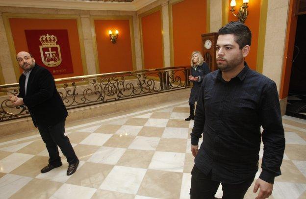 Caunedo y Rosón en el pasillo anterior al Salón de Plenos.