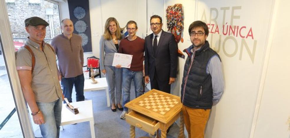 El joyero y ebanista Miguel Vicuña, ganador del Premio de Artesanía de la Caja Rural