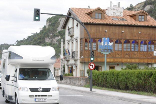 La polic a local de castrill n multa a una docena de visitantes por pernoctar en caravanas el - Hotel salinas asturias ...