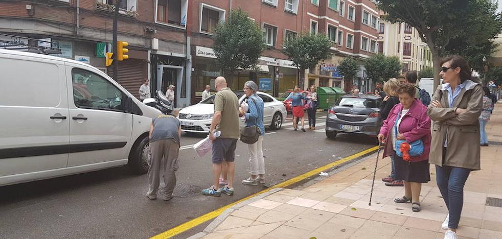 Un turismo y una furgoneta colisionan en la avenida de Portugal de Gijón