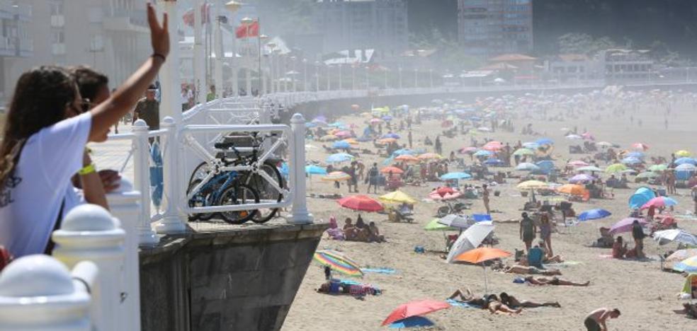 Los días de lluvia pasan factura a las playas, que pierden cien mil bañistas