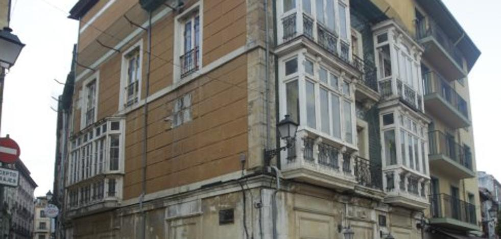 Urbanismo ordena rehabilitar la fachada del número 3 de la plaza de Riego