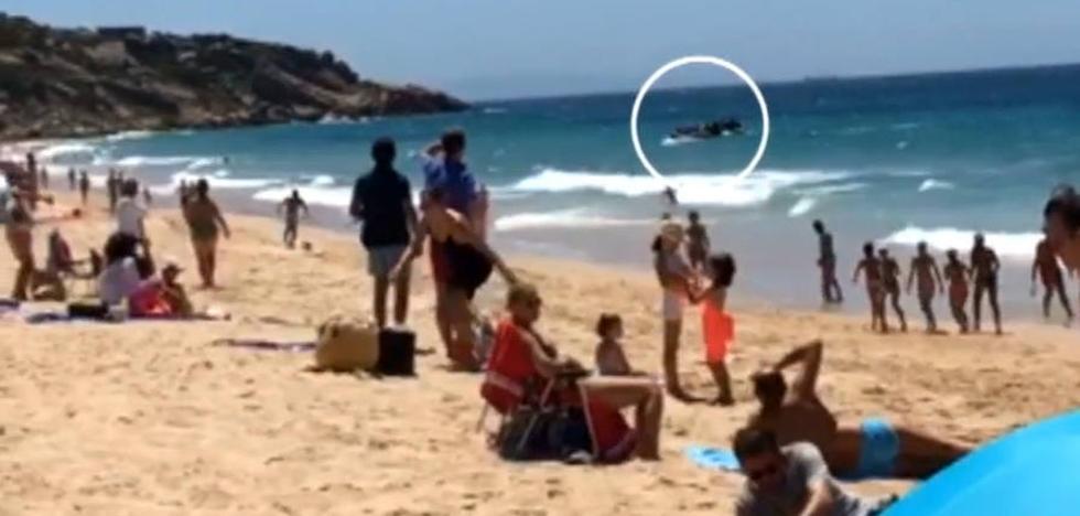 Los bañistas estaban disfrutando de un día de playa y, de repente, apareció una patera