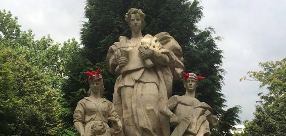 Colocan gorros con cuernos en varias estatuas de Gijón en protesta por la Feria de Begoña