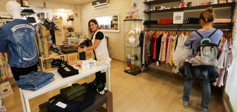 La venta de parkas y chubasqueros no arrincona a los vestidos en rebajas
