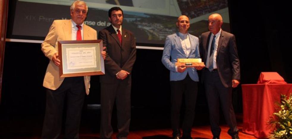 Javier Santos recibe el galardón al 'Vegadense del Año'