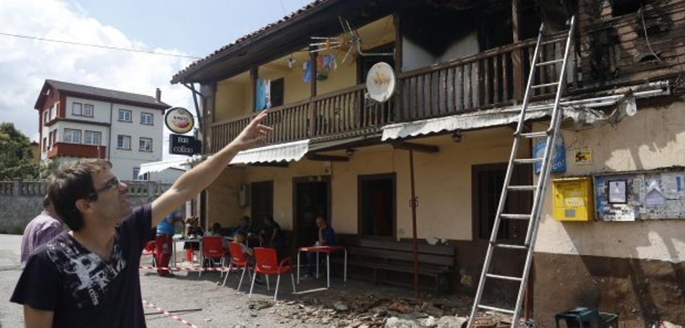 Un incendio calcina el tejado de una vivienda y daña el bar-tienda de Collao