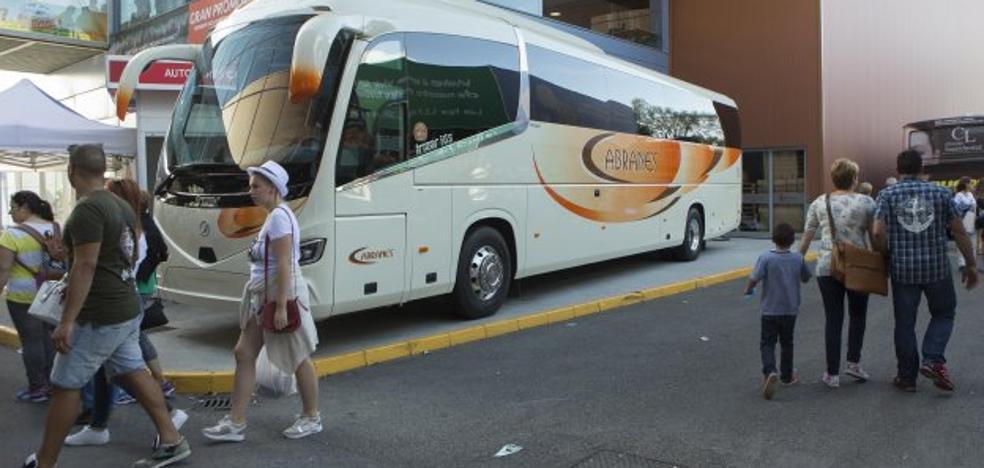 Autocares Cabranes expone el último autobús incorporado a su flota