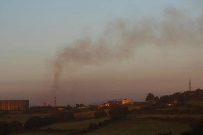 Una nube negra alerta a los vecinos de Gijón