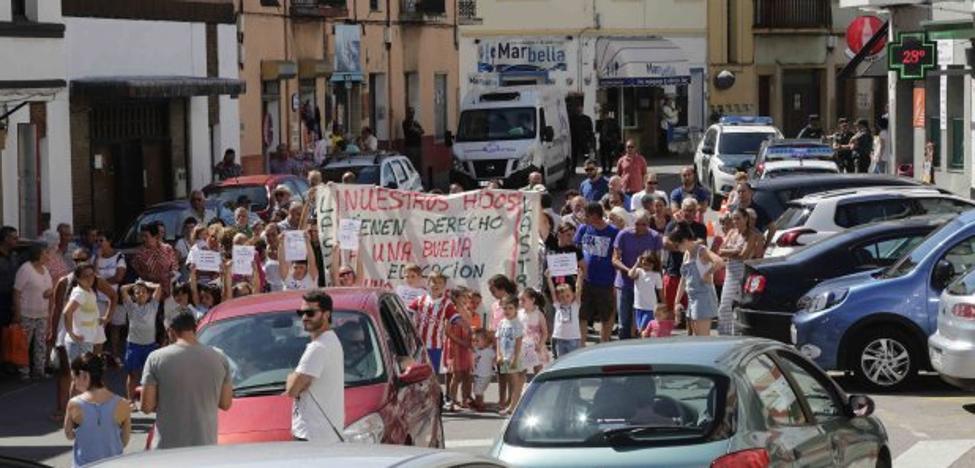 Lastres sale a la calle para defender su escuela y exigir un profesor de Primaria