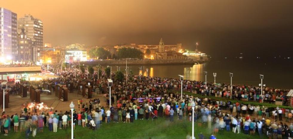 La Policía aísla el Muro para garantizar la seguridad durante la Noche de los Fuegos en Gijón