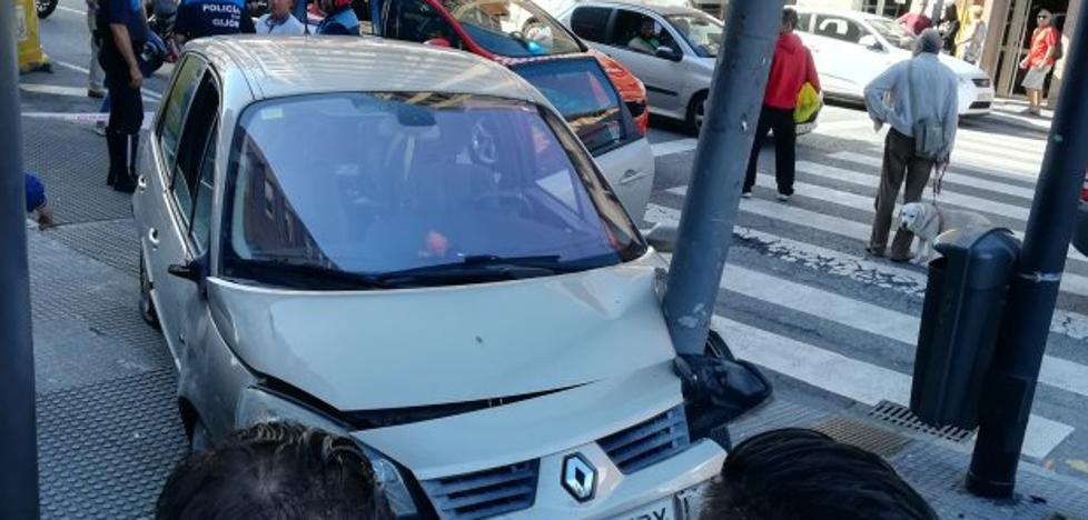 Herida una mujer por un choque en cadena de dos coches en Pablo Iglesias
